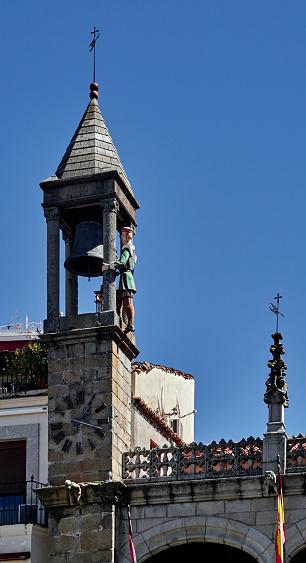 時計「Statue of 'El abuelo Mayorga' on the bell tower of the town hall in Plasencia.」:スマホ壁紙(11)