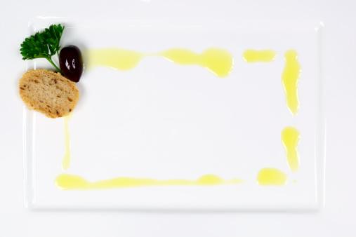 皿「オリーブオイルのフレームにホワイトのプレート」:スマホ壁紙(8)