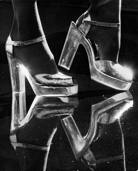 銀色の靴「Silver Shoes」:写真・画像(3)[壁紙.com]