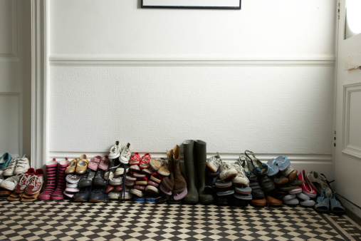 Heap「lots of different shoes stacked in hallway」:スマホ壁紙(15)