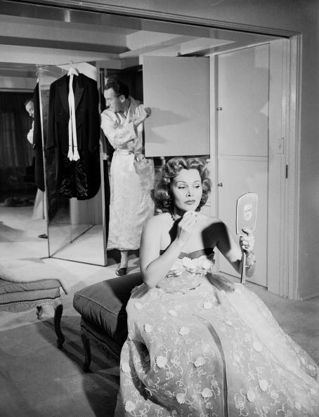 Bedroom「George Sanders & Zsa Zsa Gabor Prepare For A Night Out」:写真・画像(6)[壁紙.com]