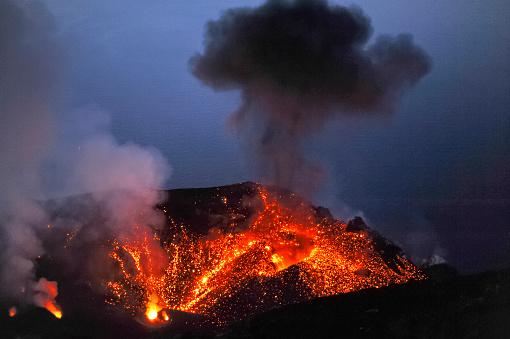 Active Volcano「Italy, Stromboli, glowing lava and smoke of Stromboli volcano」:スマホ壁紙(15)