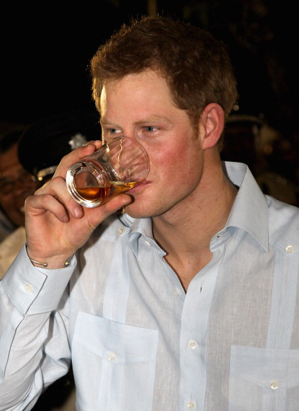 Refreshment「Prince Harry Tours Belize To Mark Queen Elizabeth II's Diamond Jubilee」:写真・画像(0)[壁紙.com]