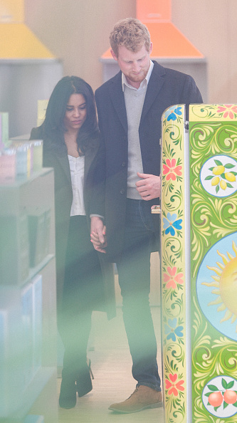 Candid「The Smeg London Store Enjoys A 'Royal' Visit As Prince Harry And Meghan Markle Lookalikes Are Spotted Shopping For Wedding Gifts」:写真・画像(14)[壁紙.com]