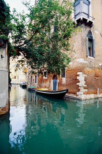 Gondola「Empty gondola on the canal, Venice, Italy」:スマホ壁紙(3)