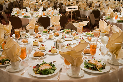 Ice Tea「Reserved sign on a large, set banquet table」:スマホ壁紙(10)