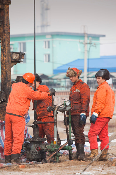 Greenhouse Gas「Oil workers drilling a new oil well in the Daqing oil field in Northern China」:写真・画像(11)[壁紙.com]