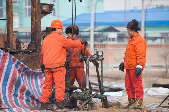 Greenhouse Gas「Oil workers drilling a new oil well in the Daqing oil field in Northern China」:写真・画像(10)[壁紙.com]