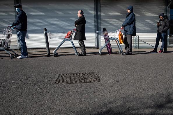 Waiting In Line「The UK Adjusts To Life Under The Coronavirus Pandemic」:写真・画像(3)[壁紙.com]