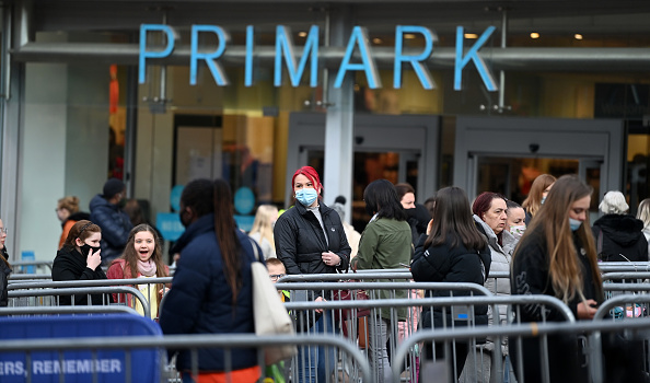 Waiting In Line「England Businesses Re-Open As Coronavirus Restrictions Ease」:写真・画像(10)[壁紙.com]