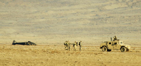 Bagram「U.S. Army Soldiers Survey Crash Site Of MH-60 Blackhawk Helicopter」:写真・画像(7)[壁紙.com]