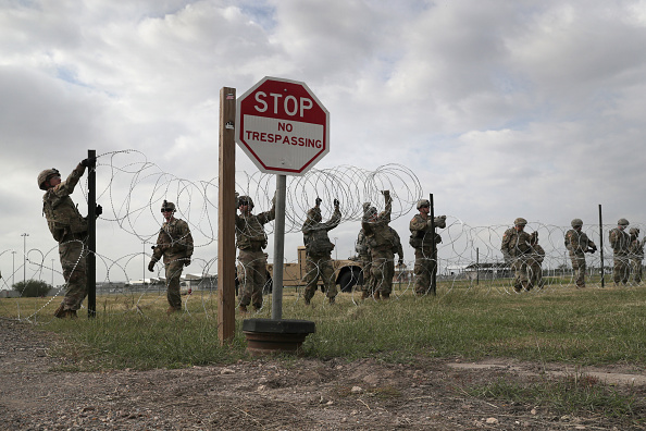 Southern USA「Troops Arrive At U.S. Mexico Border Spots Where Migrant Caravan May Arrive In Coming Weeks」:写真・画像(15)[壁紙.com]