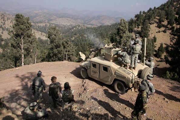 Taliban「U.S. And Afghan Forces Hunt Taliban Near Pakistan Border」:写真・画像(9)[壁紙.com]