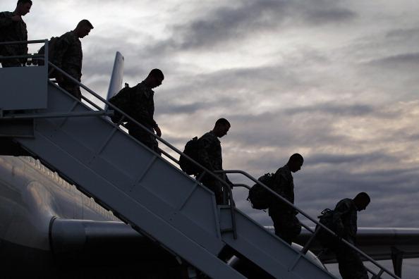到着「Troops Fly Home From Kuwait To Fort Hood, Texas After U.S. Forces Leave Iraq」:写真・画像(18)[壁紙.com]