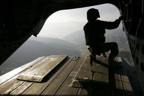 CH-47 Chinook「Aid Helicopters Continue To Ferry Supplies And Wounded In Quake Zone」:写真・画像(7)[壁紙.com]