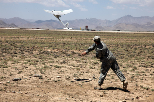 ミリタリー「U.S. Army soldier launches an RQ-11 Raven unmanned aerial vehicle.」:スマホ壁紙(12)