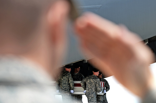 Patrick Smith「Bodies Of Two Army Soldiers Killed In Afghanistan By Suicide Bomber Return To Dover AFB」:写真・画像(14)[壁紙.com]
