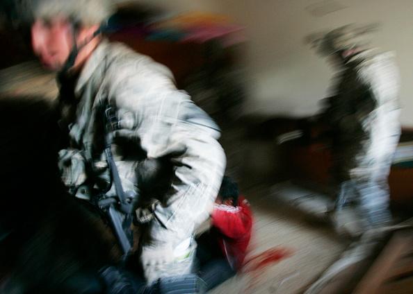 Hiding「U.S. Troops Track Insurgent By Blood Trail In Baghdad」:写真・画像(8)[壁紙.com]