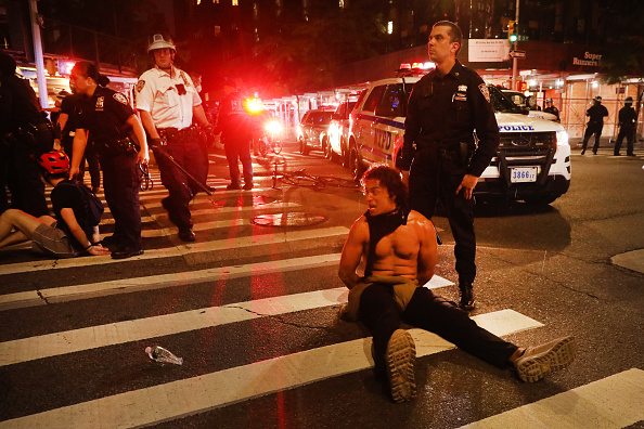 Two People「Protests Against Police Brutality Over Death Of George Floyd Continue In NYC」:写真・画像(5)[壁紙.com]