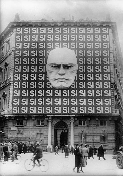 Propaganda in Rome, on the facade of the Palazzo Braschi in Rome, Photograph, 28,03, 1934:ニュース(壁紙.com)