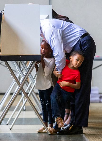 Tallahassee「FL Gubernatorial Candidate Andrew Gillum Casts His Vote In Midterm Election」:写真・画像(18)[壁紙.com]