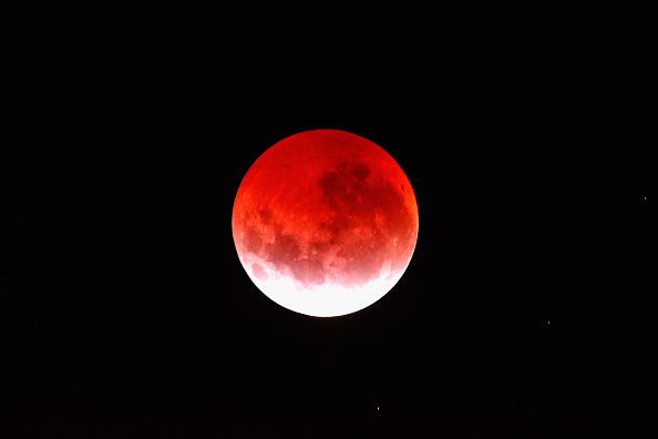 赤「Lunar Eclipse Lights Up New Zealand Sky」:写真・画像(18)[壁紙.com]