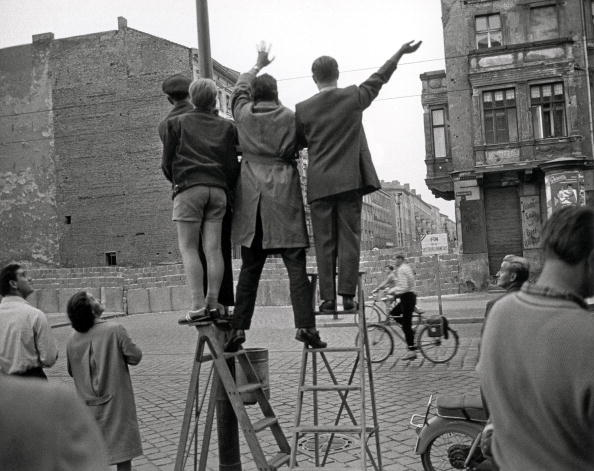 Surrounding Wall「People at the Berlin Wall」:写真・画像(17)[壁紙.com]