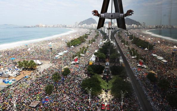 Religious Mass「Pope Francis Celebrates Mass On Copacabana Beach」:写真・画像(12)[壁紙.com]