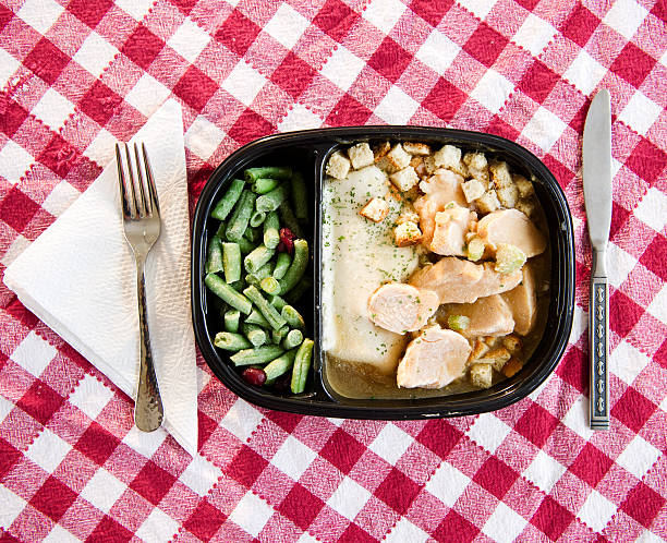 USA, New Jersey, Jersey City, close up of TV dinner on checked table cloth:スマホ壁紙(壁紙.com)