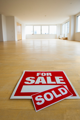 New Jersey「USA, New Jersey, Jersey City, for sale sign in empty room」:スマホ壁紙(2)