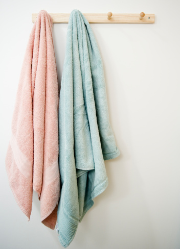 Towel「USA, New Jersey, Jersey City, towels hanging on rack」:スマホ壁紙(3)