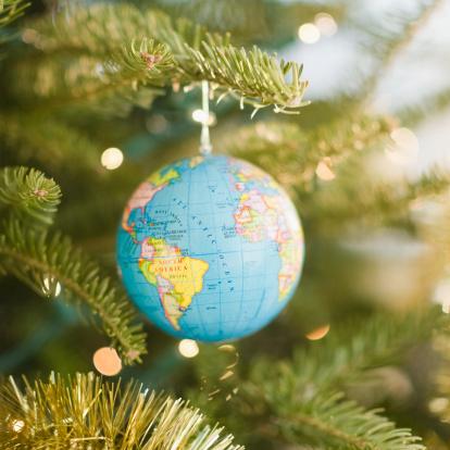 Global Village「USA, New Jersey, Jersey City, Globe bauble on Christmas tree」:スマホ壁紙(14)
