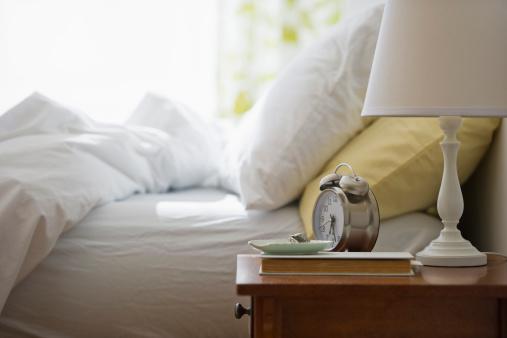 朝「USA, New Jersey, Jersey City, Morning in bedroom」:スマホ壁紙(1)