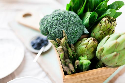 Broccoli「Green vegetables in wooden box」:スマホ壁紙(18)