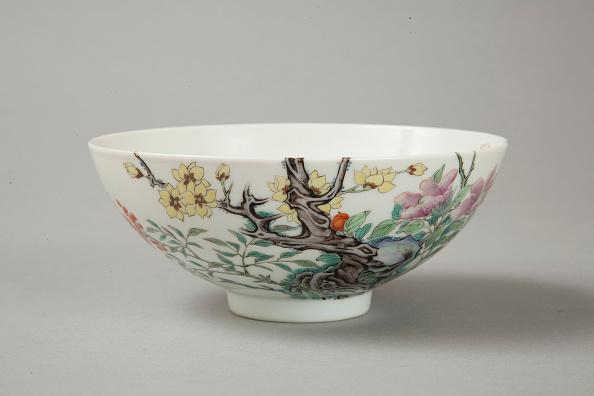 Crockery「Famille rose bowl with floral decoration, 20th century」:写真・画像(1)[壁紙.com]