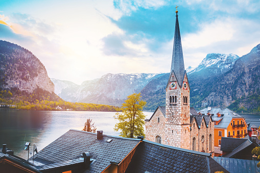 Salzkammergut「Hallstatt Cathedral in Village and Hallstatter See lake in Austria」:スマホ壁紙(14)