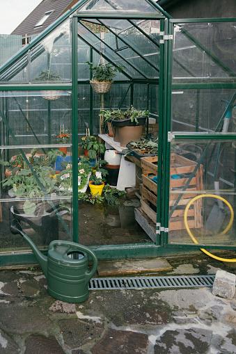趣味・暮らし「Greenhouse with seedlings in a garden」:スマホ壁紙(5)