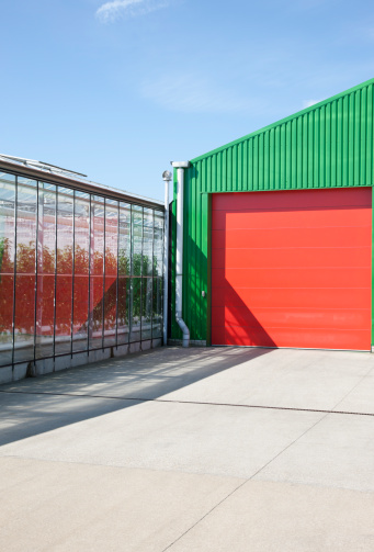 Chichester「Greenhouse and warehouse under blue sky」:スマホ壁紙(13)