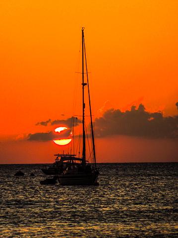 ケイマン諸島「Sailboat at sunset on Caribbean Sea, Seven Mile Beach, Grand Cayman」:スマホ壁紙(6)
