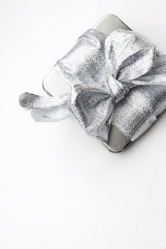 結婚「Silver gift box on patterned white background.」:スマホ壁紙(11)