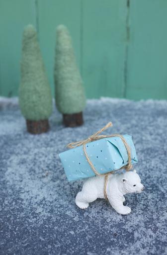 Figurine「Toy ice bear carrying Christmas tree on back」:スマホ壁紙(2)