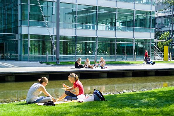 昼食「Chiswick Business Park interior, London, UK Designed by Richard Rogers Chiswick Business Park is a new sustainable development in West London」:写真・画像(10)[壁紙.com]