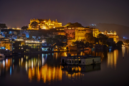 Rajasthan「The illuminated Udaipur Palace Complex at night」:スマホ壁紙(3)