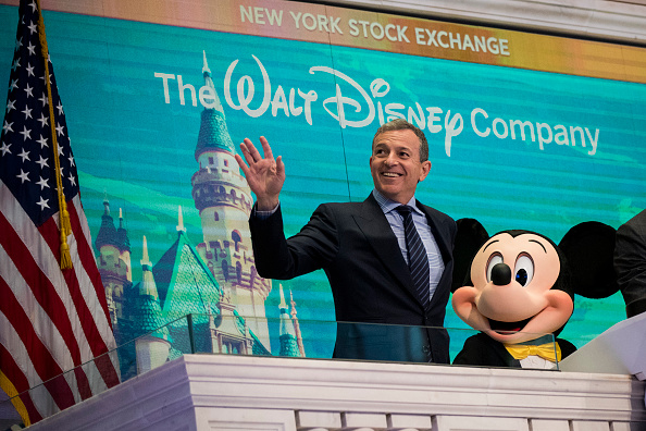 ミッキーマウス「Walt Disney Chairman And CEO Bob Iger Rings Opening Bell At NY Stock Exchange」:写真・画像(6)[壁紙.com]