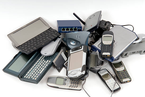 Pile of discarded computers and phones:スマホ壁紙(壁紙.com)