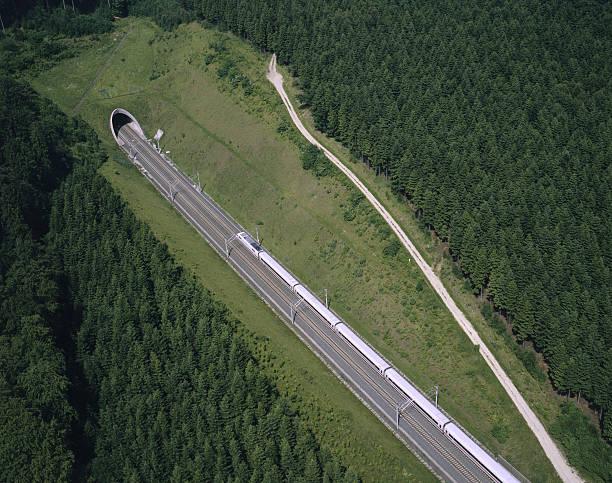Train near tunnel:スマホ壁紙(壁紙.com)