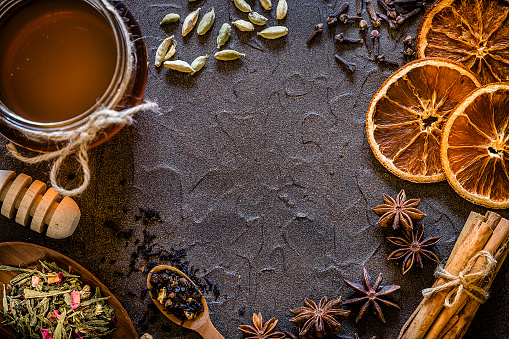 Star Anise「Aromatic spices with copy space on a dark textured backdrop」:スマホ壁紙(2)