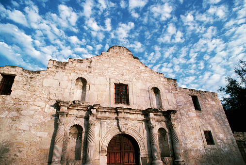 Cumulus Cloud「Chapel Facade at The Alamo」:スマホ壁紙(2)