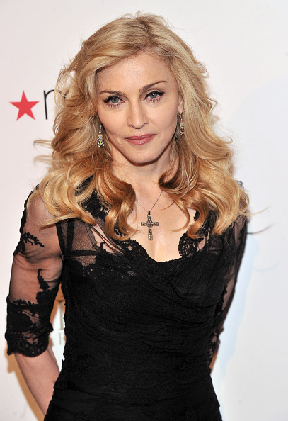 "Cross Shape「Madonna Launches Her Signature Fragrance ""Truth Or Dare"" By Madonna」:写真・画像(0)[壁紙.com]"