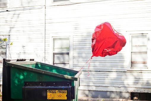 Balloon「A heart balloon inside a garbage can.」:スマホ壁紙(3)